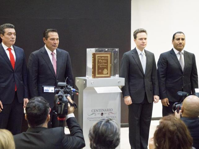Manuel Velasco recibe facsimilar de la Constitución de 1917