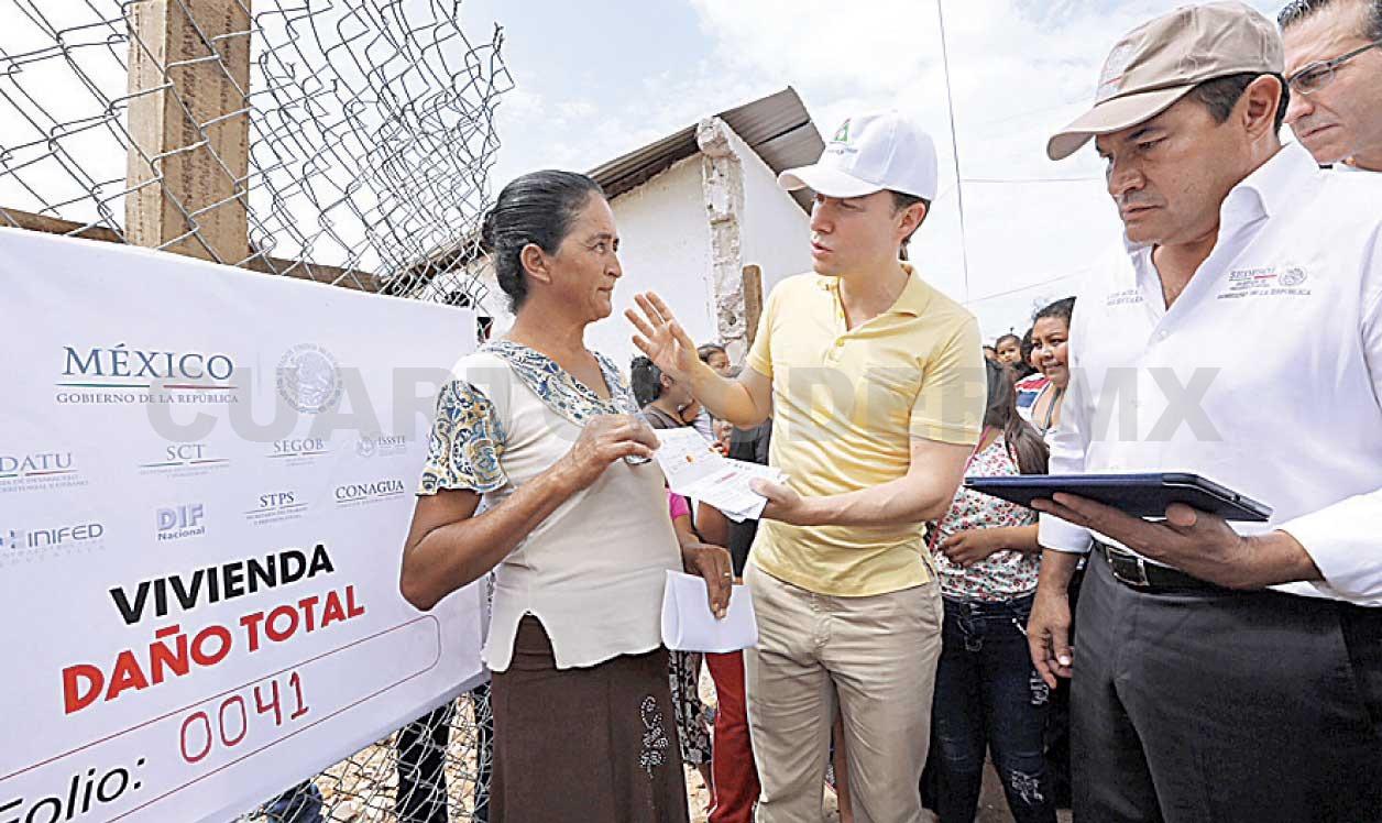 Entrega Velasco tarjetas para reconstruir viviendas