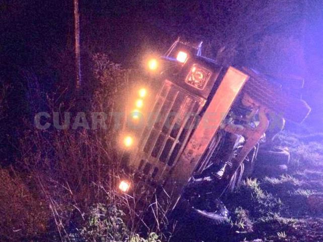 Camionero quedó prensado al registrarse una volcadura