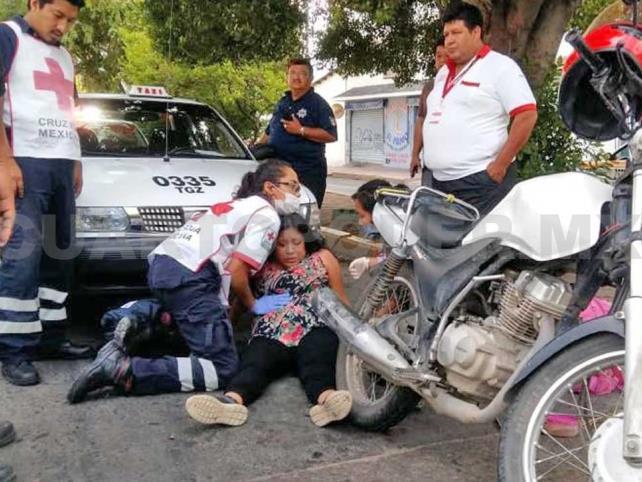 Hospitalizan a embarazada al ser arrollada por un taxi