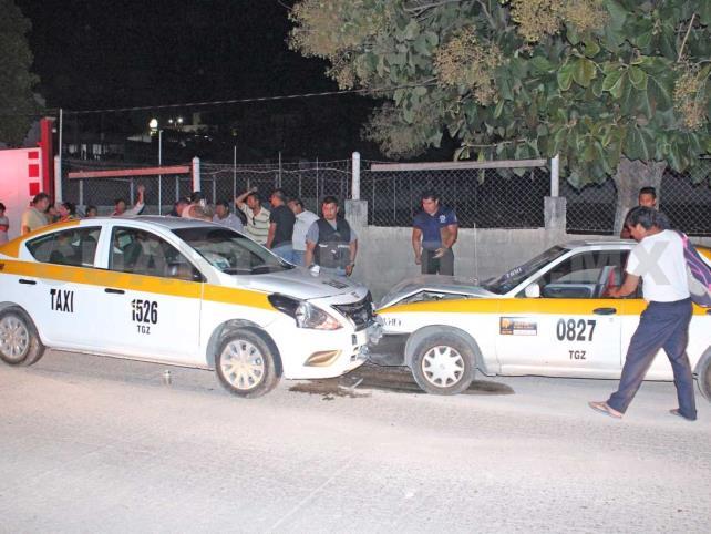 Encontronazo entre dos taxistas; una lesionada