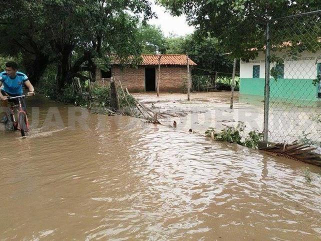 Río se desborda y causa daños a viviendas