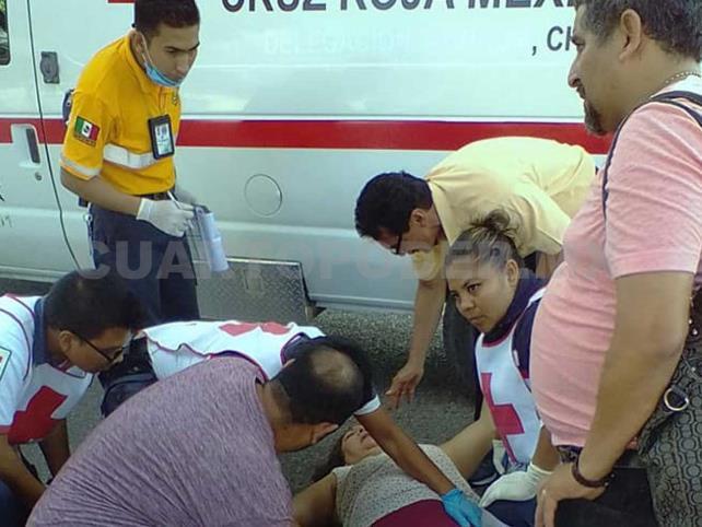 Choque de motociclistas deja a una dama lesionada