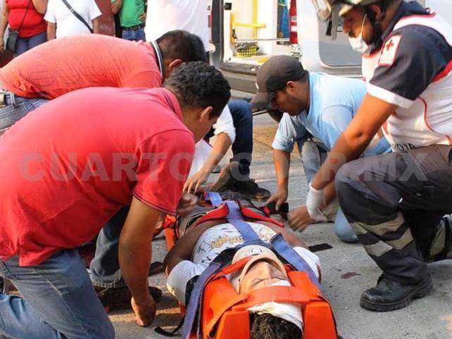 Motociclista queda herido al chocar con una Pick up
