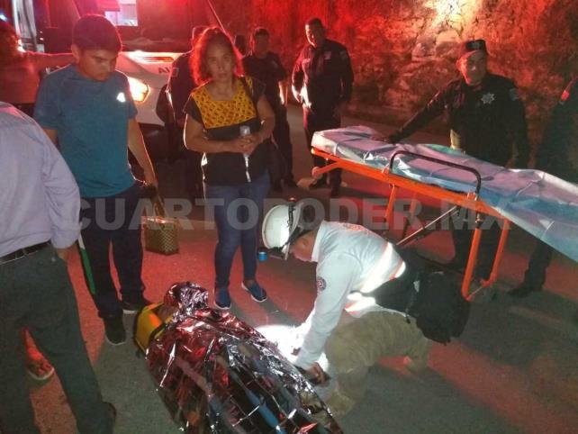Dos lesionados al caer vehículo a un barranco