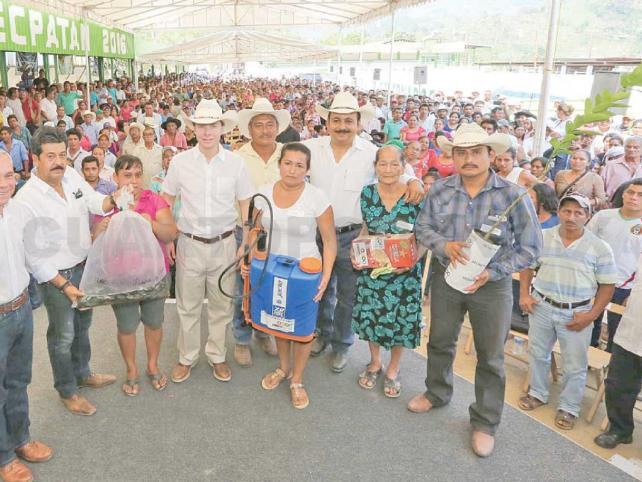 Velasco entrega apoyos a productores de Tecpatán