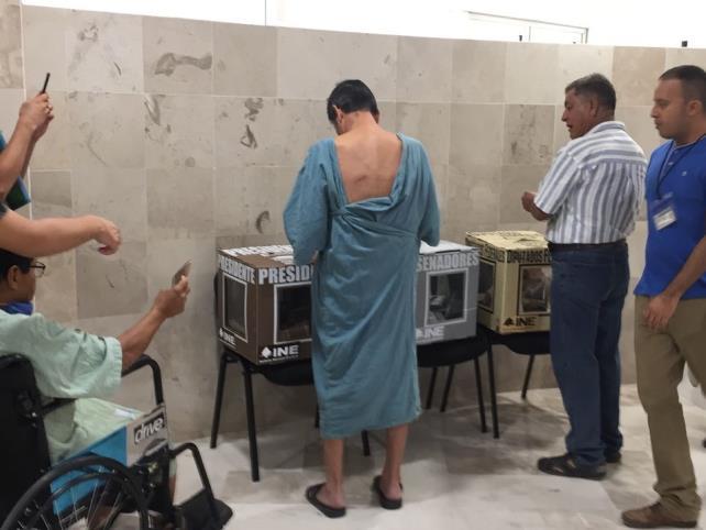 Pacientes del ISSSTE emiten su voto