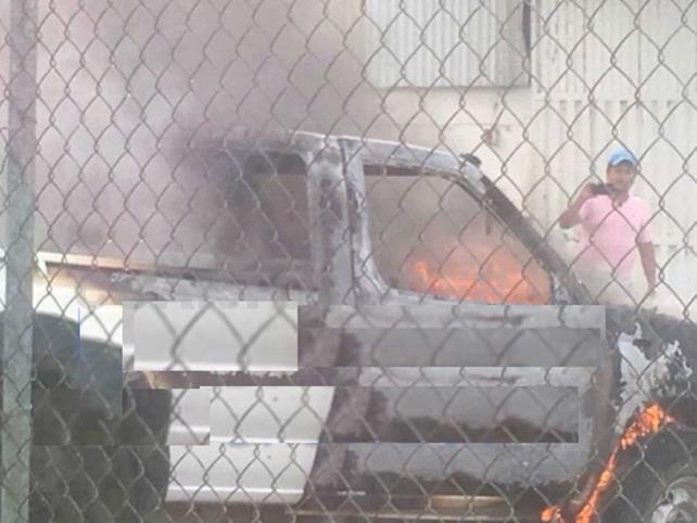 Presuntos morenistas queman vehículos