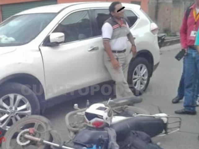 Camioneta lujosa arrolla a conductor de moto