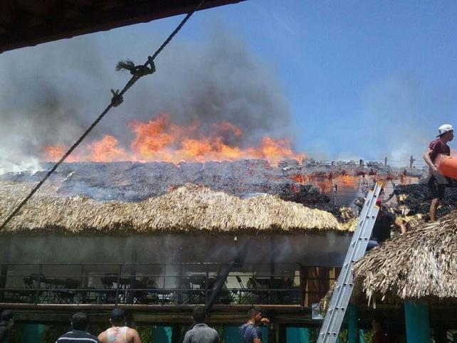 Incendio acaba con palapa en la pesquería Paredón