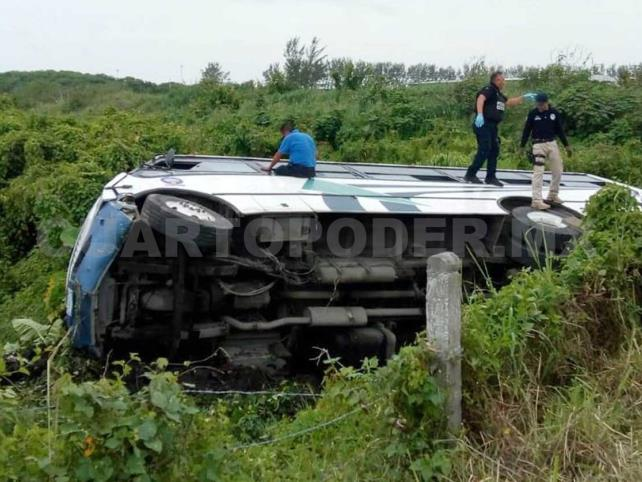 Volcadura deja 25 personas lesionadas