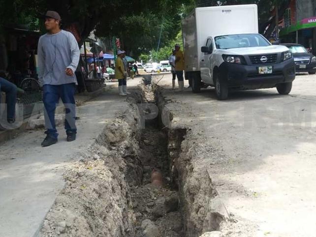 Drenaje azolvado obliga a cierre de calle