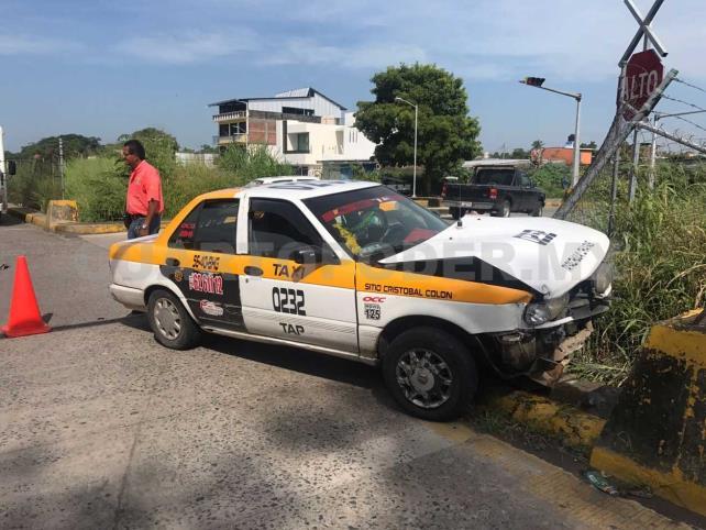 Semaforazo deja serios daños en taxi y particular