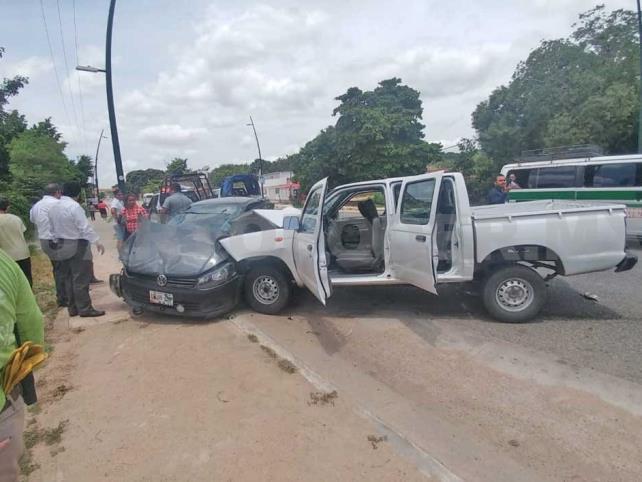Cuatro lesionados en aparatoso percance vial