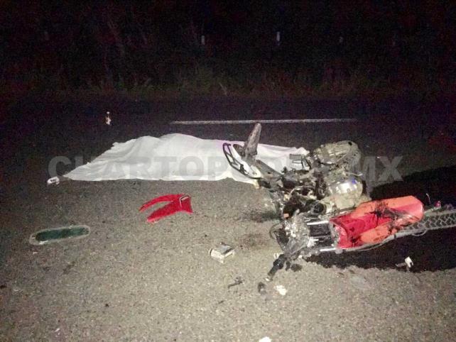 Motociclista pierde la vida al estrellarse contra camión