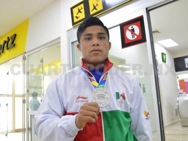 Emilio Pérez llegó a casa con medalla en mano