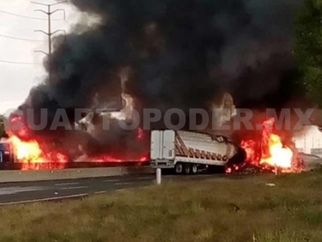 Huachicoleros cierran vías e incendian tráiler
