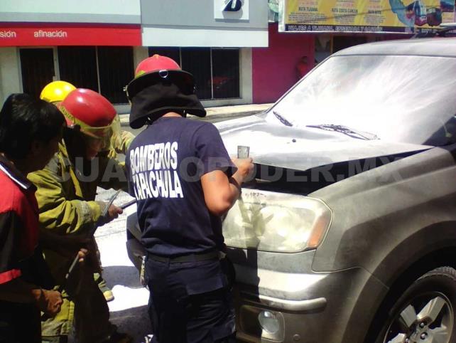 Por un cortocircuito se incendia camioneta