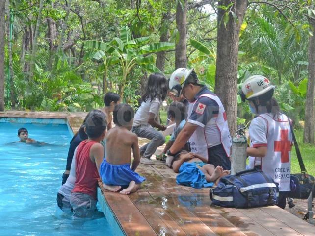 Rescatan a niña que se ahogaba en alberca