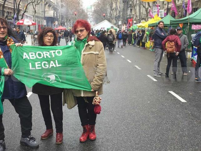 Activistas a favor y en contra del aborto protestan