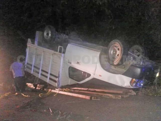 Veloz conductor volcó y abandonó su camión