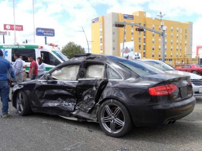Camioneta se estrella en auto de lujo; un lesionado