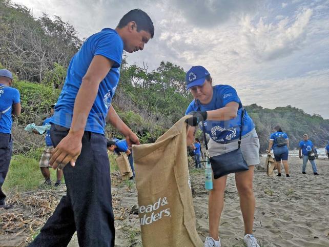 Plásticos de todo el mundo contaminan playas mexicanas