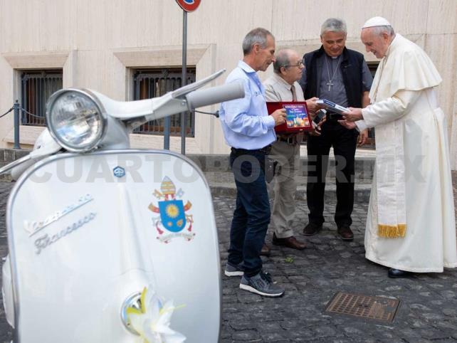 Papa francisco dona moto Vespa