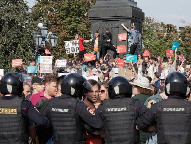Protestas dejan más de 100 detenidos