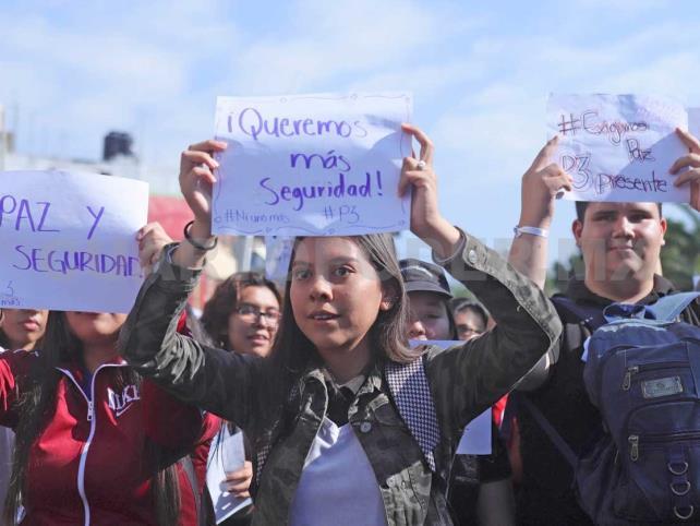 Marchan estudiantes contra inseguridad