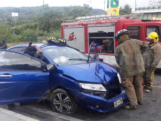 Conductor se estrella contra poste; queda grave