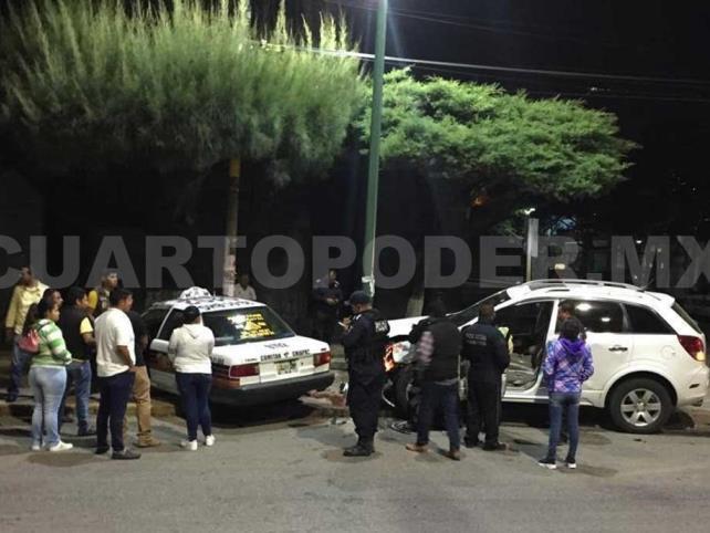 Taxi choca contra una camioneta en bulevar