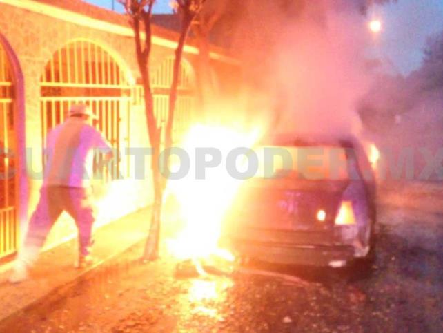 Se incendia vehículo en la madrugada