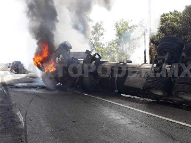Vuelca y se incendia pipa que transportaba diesel