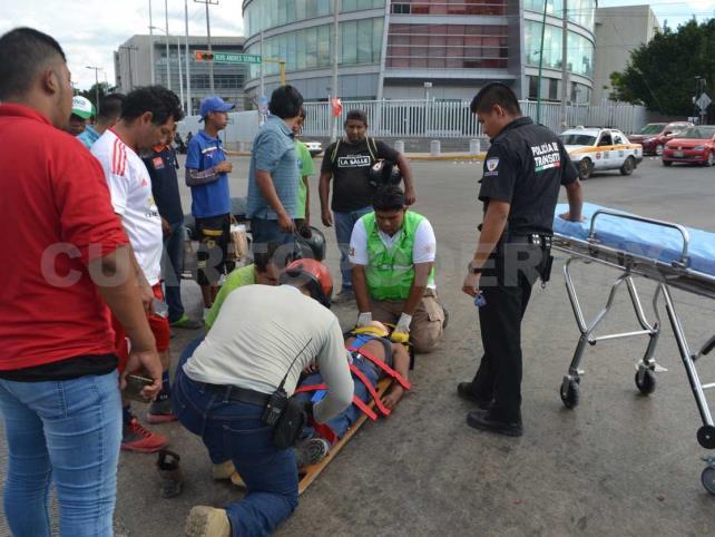 Motociclista, grave al ser embestido por vehículo