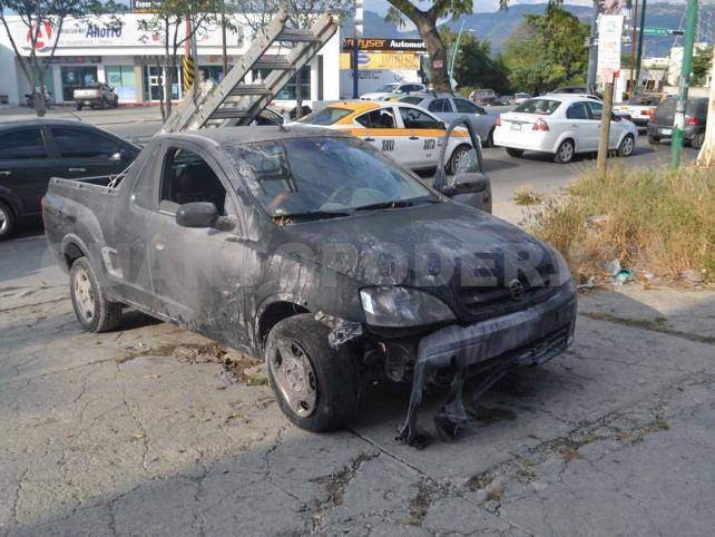 Vehículo se incendia en el Libramiento Sur