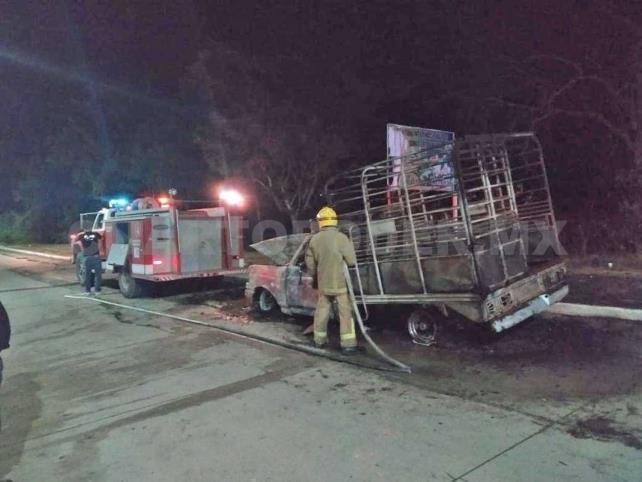 Camioneta quedó reducida a cenizas tras incendiarse