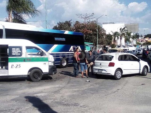 Colectivo se estrella contra vehículo particular en Terán