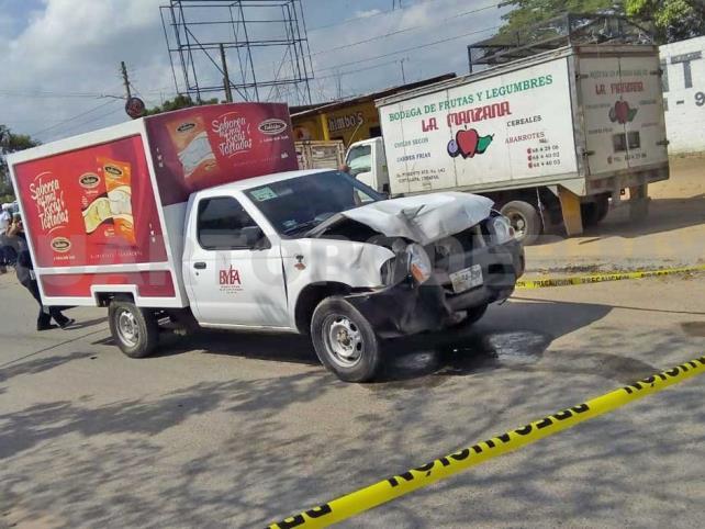Camioneta de tostadas impacta a un mototaxi