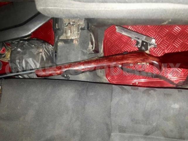 Hallaron dos armas en auto abandonado