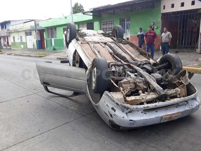 Volcó su automóvil al chocar con sedán estático