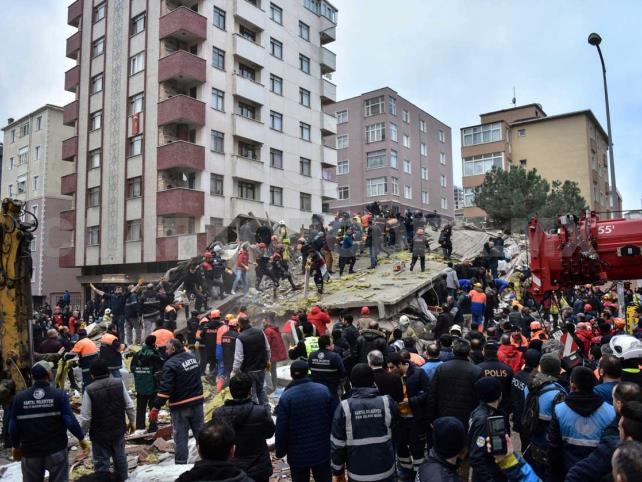 Colapso de edificio deja un muerto y 15 desaparecidos