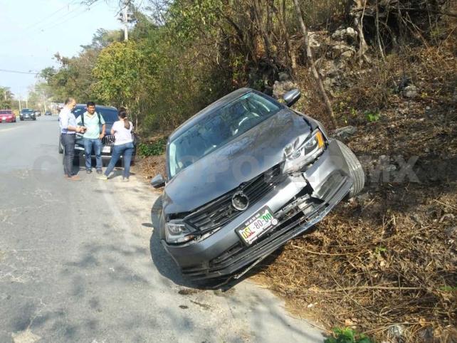 Conductora vuelca su vehículo y resulta ilesa