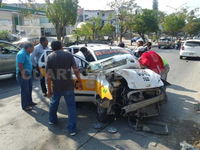 Taxista se estrella en poste; pasajera resulta lesionada