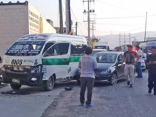 Mujeres salen heridas al chocar Jetta y colectivo
