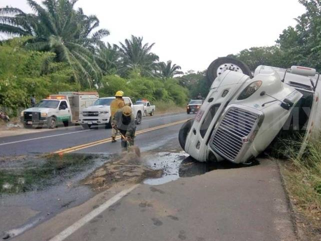 """""""Coloso"""" vuelca en el libramiento de Tapachula"""
