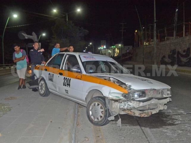 Percance entre particular y taxi deja a una lesionada