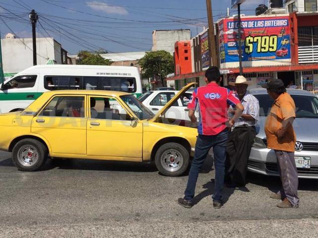 Fuerte accidente entre vehículos particulares