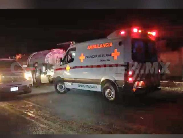 Ebrios motociclistas se estrellan contra ambulancia y pipa