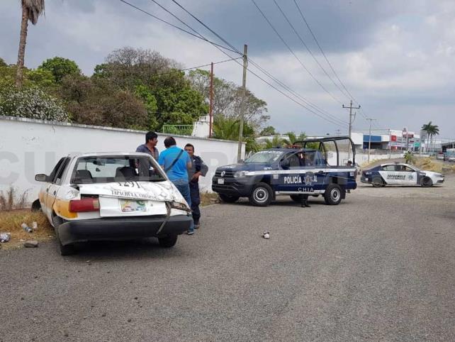 Roban taxi y vuelcan tras ser perseguidos